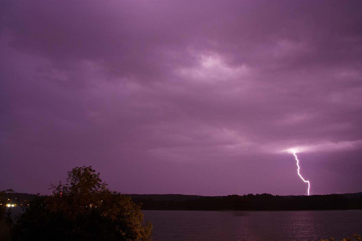 Noclegi Mrągowo, błyskawica, burza nad jeziorem Czos