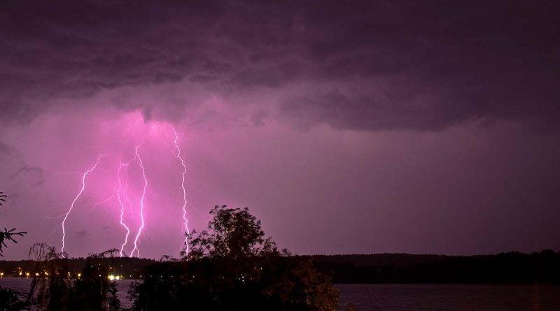 Błyskawica i burza nad jeziorem Czosn Mazury